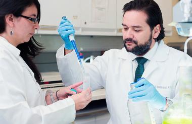 El médico Jaime Gutiérrez  durante la investigación.