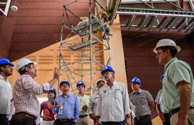 El gobernador del Atlántico, Eduardo Verano, con el rector de la Uniatlántico, Carlos Prasca, y funcionarios de la institución durante la inspección de obras.