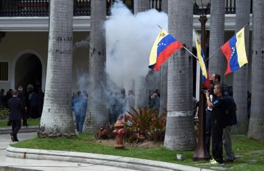 Tres diputados resultaron heridos en el Parlamento luego de una ataque violento por parte de seguidores de Maduro.