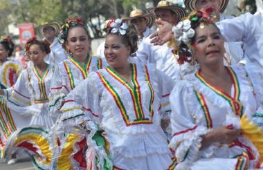 La cumbiamba La Arenosa, durante una presentación en uno de los desfiles del Carnaval de Barranquilla.