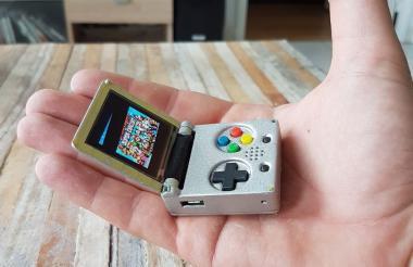 Aspecto de la 'Game Boy Advance' del tamaño de un llavero que ha creado el youtuber Vicent Buso.