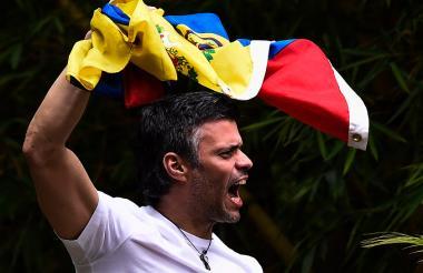 Leopoldo López ondea la bandera de Venezuela horas después de entrar en vigencia la medida de casa por cárcel.