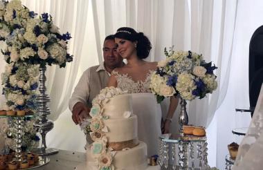 Jorge Alfonso López con su novia, el día de la boda.