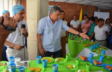 El gobernador de Sucre inspecciona las raciones.