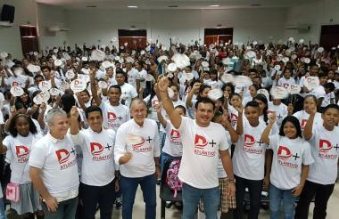 El secretario de Educación departamental Dagoberto Barraza junto al gobernador del Atlántico Eduardo Verano y los jóvenes de Galapa.