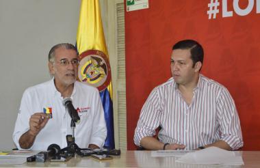 El gobernador del Atlántico, Eduardo Verano, y el secretario de Hacienda, Juan Carlos Muñiz, durante la rueda de prensa realizada ayer.