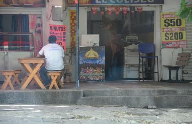 A las afueras de establecimientos comerciales se hallan los puestos adornados con motivos deportivos.