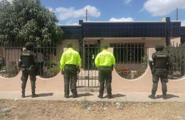 Uniformados de la Policía Fiscal en la entrada de un domicilio.