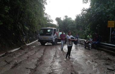 En Minca, la caída de tierra y ramas bloqueó la vía.