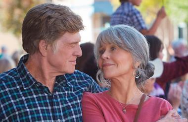Los legendarios actores Robert Redford y Jane Fonda, en un fotograma de la película 'Nuestras almas en la noche'.