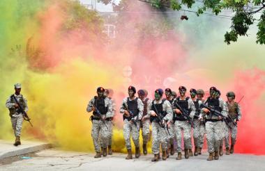 Militares en Crtagena durante el desfile de la Independencia este 20 de julio.
