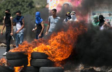 Jóvenes palestinos queman llantas en Jerusalén.