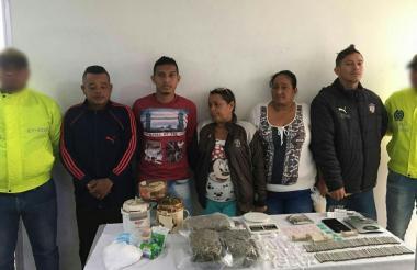 Los cinco capturados, la droga y demás objetos incautados.