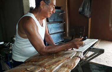 Luis Ávila en  su taller, situado en el barrio La Paz, de Santa Marta.