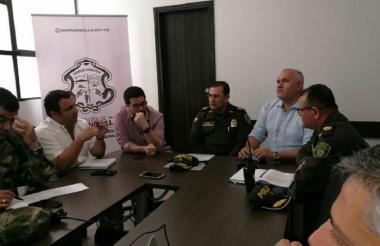 Funcionarios de la Alcaldía Distrital y de la Policía durante la reunión.