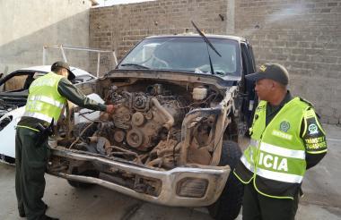 Dos policías inspeccionan el camión que estuvo involucrado en el accidente del pasado 20 de julio.