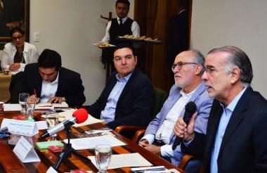 El gobernador del Atlántico, Eduardo Verano, durante la mesa de trabajo con el gobernador de Caldas, Guido Echeverri.