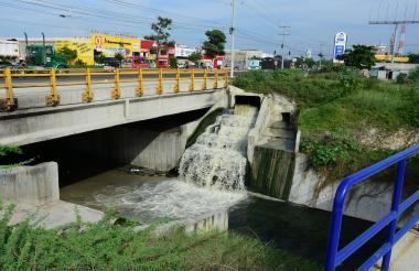 La foto muestra el vertimientos de aguas servidas.