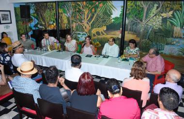 Algunos de los escritores del libro que participaron de la presentación en La Cueva.