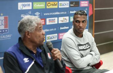 El delantero Johan Arango junto al técnico Francisco Maturana en una rueda de prensa con el Once Caldas.