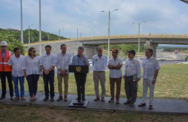 El Presidente Santos en el tramo mejorado. Lo acompañan el gobernador Eduardo Verano, el alcalde Alejandro Char, el alcalde Steimer Mantill, la representante Martha Villalba y el presidente del Senado, Efraín Cepeda, entre otros.