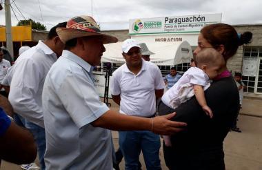 El gobernador (e) de La Guajira Weildler Guerra dialoga con una venezolana en la zona fronteriza.