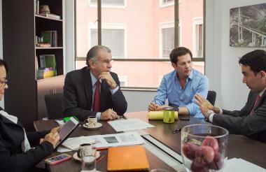 El gobernador del Atlántico, Eduardo Verano; la secretaria de Infraestructura, Mercedes Muñoz; el gerente del Fondo Adaptación, Iván Mustafá, y el subgerente de Vivienda e Instituciones Educativas del Fondo Adaptación, John Navarro.