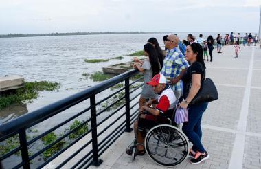 Numerosos visitantes ha tenido las últimas semanas el área habilitada del malecón turístico frente al río.