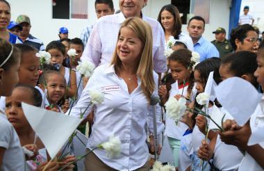 Elsa Noguera saluda a un grupo de estudiantes.