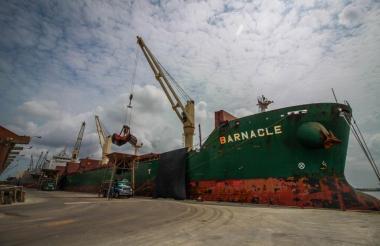 Operación de descargue de graneles en uno de los muelles de la sociedad Puerto de Barranquilla.