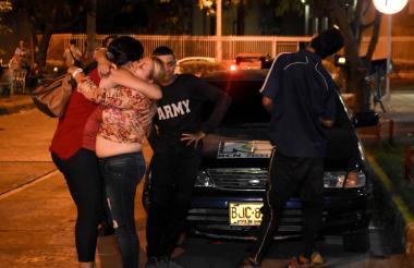 María Patricia Garcés e Ingrid Gómez celebran la llegada de sus hijos en las afueras de la sede de la Fiscalía.