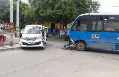 Buseta de Alianza Sodis y el vehículo escolar tras el accidente.