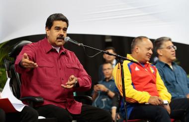 El presidente de Venezuela, Nicolás Maduro (izq), acompañdo de Diosdado Cabello (c) y Elías Jaua.