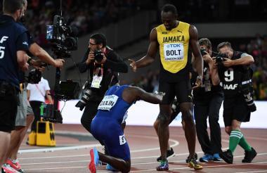 Justin Gatlin le rinde pleitesía a Usain Bolt tras imponerse en la final de los 100 metros planos del Mundial de Atletismo.