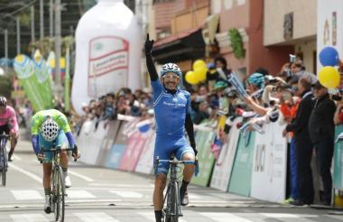 El ciclista sucreño José Serpa, ganador de la etapa.