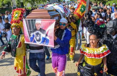 Miembros de la danza y familiares, entre ellos su nieto Donny Núñez, de 24 años, cargan el ataúd.