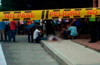 Policía judicial inspecciona el cuerpo de Manjarrez.