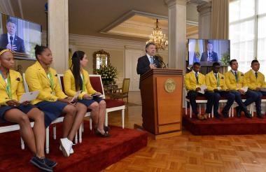 """El 31 de agosto de 2016 el presidente Santos recibió a los medallistas olímpicos en la Casa de Nariño y les manifestó su agradecimiento """"por mostrarnos el camino de la victoria""""."""