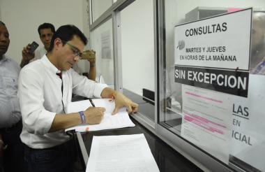 Carlos Caicedo entregando la acción popular.