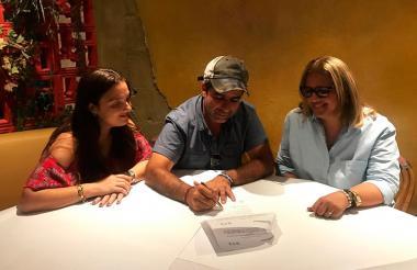 El alcalde de Barranquilla firma el decreto de nombramiento de Bibiana Rincón.