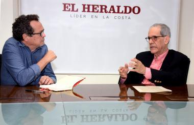 El director de EL HERALDO, Marco Schwartz, y el rector de Uninorte, Jesús Ferro, durante la entrevista.