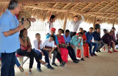 Óscar Naranjo, vicepresidente de la República, se reunió este sábado con varios miembros de la etnia wiwa y la wayuu.