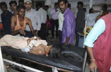 Un menor en una camilla de un centro hospitalario en la India.