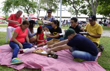 La familia Llanos unida en un picnic disfrutando del evento.