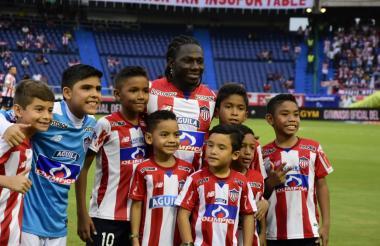 Yimmi Chará posa con varios niños antes del juego entre Junior y Envigado FC.