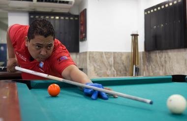 El billarista barranquillero Rodrigo Navarro, de 41 calendarios, entrena en el  'Billar Maracaná'.
