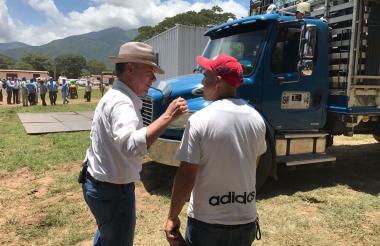 El presidente Santos junto a Jorge, conductor.