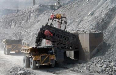 Camión recibe descarga de carbón tras ser extraído de la mina.