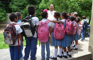 Momento en que la maestra Luz Dari anuncia a los alumnos del colegio Carlos García Mayorca, que no hay comida. Esto sucede desde hace siete días.