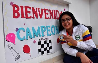 La ajedrecista Andrea Albor fue recibida en su casa con afiches y globos.